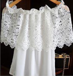 blusa sencilla con encaje sobrepuesto formando escote de hombros caídos