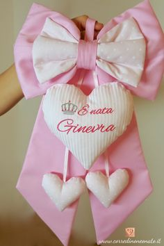 fiocco nascita bimba Ginevra rosa Ideas Habitaciones, Baby Staff, Sewing Projects, Projects To Try, Baby Shower, Baby Decor, Decoration, Bows, Pattern
