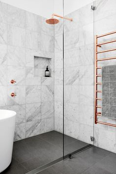 Dark floor, marble tiles @byistome | Interior inspiration | Copper + marble #bathroom