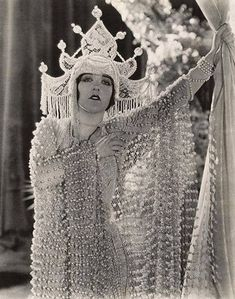 thetranscendentalmodernist: Aileen Pringle - A Thief In Paradise c. Historical Ziegfeld Aileen Pringle (July 1895 – December was an American stage and film actress during the silent film era Vintage Costumes, Vintage Outfits, Vintage Fashion, Fashion 1920s, Edwardian Fashion, Gothic Fashion, Vintage Glamour, Vintage Beauty, Classic Hollywood