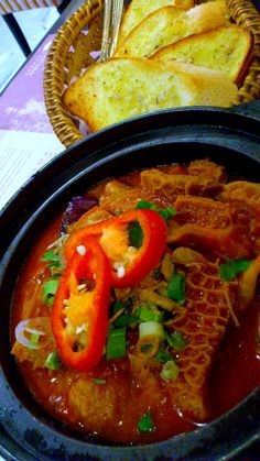 Beef tripes and baguette with roasted garlic Yummy Asian Food, Healthy Asian Recipes, Jamaican Recipes, Vietnamese Recipes, Healthy Cooking, Mexican Food Recipes, Gourmet Recipes, Vietnamese Food, Chinese Recipes