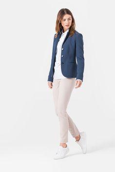 Sportive Eleganz steht bei diesem Blazer in gedecktem Tauben-Blau im  Mittelpunkt. Bestechend in f46ab6c1c7
