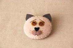 困った白ネコのブローチです小学生の頃に夢中になったフェルトのマスコットづくりを思い出しながら制作しました素材はフェルトやウール生地を使っています丸い黄色の目が... ハンドメイド、手作り、手仕事品の通販・販売・購入ならCreema。