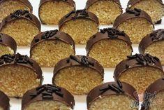 Nepečené kokosové šílenství, kterému neodoláte. Na vrchu rozpuštěna čokoláda. Mňamka! Autor: Petra Krispie Treats, Rice Krispies, Muffin, Cookies, Breakfast, Petra, Food, Author, Crack Crackers