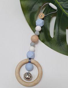 Deze hanger kun je o.a. aan de maxi cosi hangen. Een subtiel speeltje met belletje. Ring Necklace, Washer Necklace, Teething Necklace, Hanger, Play, Rings, Jewelry, Accessories, Clothes Hanger