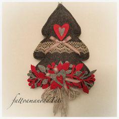 Albero in lana cotta scura con pizzo ,rametti e cuori rossi e grigi, by fattoamanodaTati, 28,00 € su misshobby.com