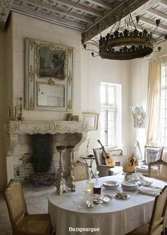 Eye For Design: The White Album - Decorating in the French Country Style French Country Dining Room, Farmhouse Dining Room Table, French Country Cottage, French Country Style, French Farmhouse, Dining Rooms, French Chic, French Countryside, Farmhouse Chic