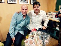 """El periodista #JesusCintora estuvo firmando su libro """"La hora de la verdad"""" en #CasaDelLibro en Valencia. Nuestro compañero Aitor estuvo allí para darle un pack #gourmet #LaCuina #Picken ¡que lo disfrutes!"""