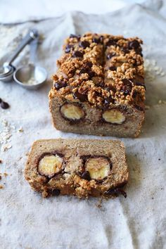 Vegan, gluten-free, chocolate bananabread with peanut butter crumble
