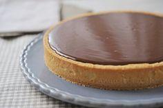 Voici les desserts que j'avais préparé pour Pâques, 2 tartes, une au chocolat et caramel, l'autre une version de la Paquerette de Soissons façon fêtes de Pâques. Je sais qu'avec cette déco, je suis un peu hors sujet puis que Pâques est passé mais sans...