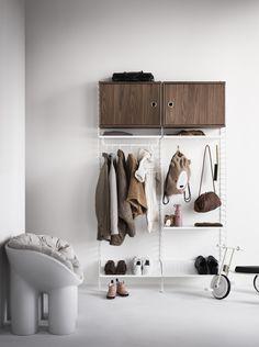 Scandinavian Shelves, Scandinavian Furniture, Scandinavian Design, Hallway Inspiration, Furniture Inspiration, Built In Shelves, Metal Shelves, Inspiration Dressing, Hallway Shelf