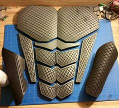 How to make clean straight detail lines in EVA foam cosplay armor by Gri. Cosplay or LRP tutorial and inspiration Super Hero shirts, Gadgets & Accessories, Leggings, lovers Cosplay Diy, Halloween Cosplay, Best Cosplay, Halloween Makeup, Anime Cosplay, Nightwing Cosplay, Deathstroke Cosplay, Voltron Cosplay, Diy Costumes