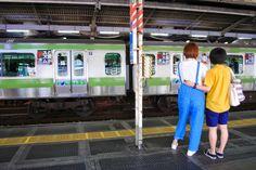 東京 Tōkyō - public displays of affection. Photograph by Juana Merlo