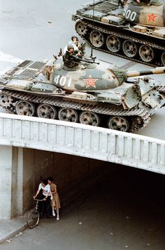 Liu Heung Shing, 1989 Fotojournalismus, Share Pictures, T 62, Peking, War Photography, Retro Photography, Foto Art, Armored Vehicles, Vietnam War