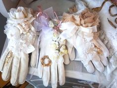 Re-purpose vintage gloves by turning them into lovely sachets. Great shabby chic gift idea that is fun and easy to make! Vintage Diy, Vintage Crafts, Vintage Lace, Vintage Style, Shabby Chic Embellishments, Shabby Chic Gifts, Vintage Gloves, Wedding Gloves, Lace Gloves