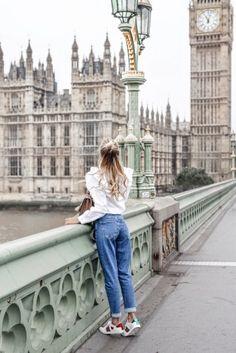 Mom Jeans kombinieren: Trendy mit Rüschenbluse und Sneakers