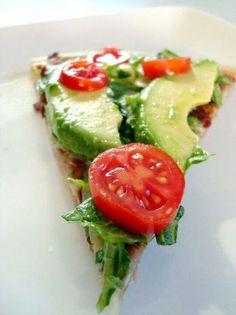 Pizza ligera de aguacate+tomate cherry+rugula