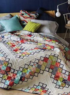 "This quilt pattern looks really gorgeous. This is a simple, modern and elegant ""Hip to be Square"" quilt pattern that you can get for free. Amische Quilts, Star Quilts, Baby Quilts, Quilt Block Patterns, Quilt Blocks, Quilt Inspiration, Quilt Modernen, Quilt Top, Machine Quilting"
