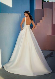 Dieses wunderschöne Brautkleid aus der aktuellen White One Kollektion 2021 findest Du bei Boesckens in Erkelenz. Es ist eines von hunderten Brautkleidmodellen, die Du in allen Größen von 32 bis 58 bei uns erleben kannst. Die allermeisten Bräute buchen rechtzeitig vor der Hochzeit einen unverbindlichen Beratungstermin, damit sie ihr ganz persönliches Traumkleid bei uns finden. Wir freuen uns auf Dich!   ::  #brautkleid #hochzeitskleid #boesckens Formal Dresses For Weddings, White Wedding Dresses, Formal Gowns, Formal Wear, Princess Silhouette, Chiffon, Designer Gowns, Bridal Beauty, Pageant Dresses