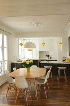 Table ovale bois / white eames / luminaires jaunes