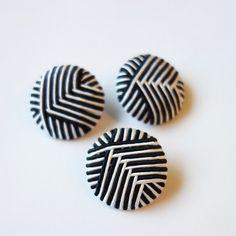 ボタンです。素材 :プラスチック・糸サイズ:直径 約2.5cm・厚さ 約8mm*このボタン1個648円(税込)になります。 ハンドメイド、手作り、手仕事品の通販・販売・購入ならCreema。