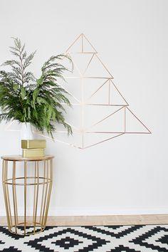 STIJLIDEE Kerststyling DIY Tips >> Maak een geometrisch kerstboom patroon van washi of masking tape in koperkleur via http://www.hellolidy.com/copper-geometric-christmas-tree/