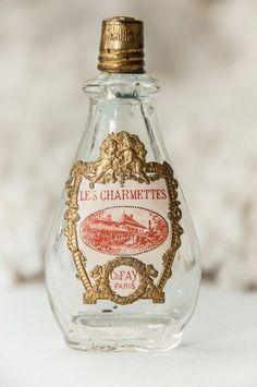 Schön und elegant: Antike Parfumflasche mit goldenen Verzierungen.
