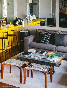 Se inspire na decoração urbana desse apartamento, que lembra os lofts de NY. Com parede de cimento queimado e bancada amarela, o clima é jovem e divertido.