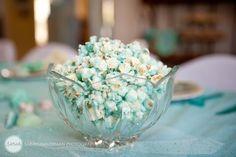 blauwe popcorn: beetje kleurstof bij de olie