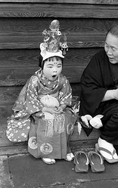 Tired Japanese child in festival dress. 1957年4月、高山・稚児行列。