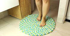 Jouw poezelige voetjes verdienen een zalig zachte badmat. Maak 'm gewoon zelf, van oude handdoeken!
