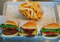 Shake Shake NYC Best burgers in the world. Burger Recipes, Burger Food, Burger Stand, Frozen Custard, Shake Shack, Delicious Burgers, Food Trays, Madison Square, Hot Dogs