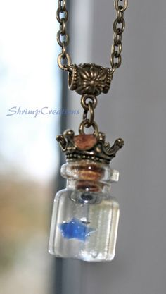 ★ Crown Jewel ★   Feeling like a star? Then this little phone charm is perfect for you!  This cute little charm comes with a tiny bottle filled with Ice Resin and a tiny crystal star.  You can choose between 8 different colors!  OBS - The lighter colors doesnt show up as much as the darker ones inside the bottle!!   * Size of the bottle: 1,8cm x 1,3cm * Chain: 60cm  If you want a longer or shorter chain, just notify me. :)    * Item will come with a cute little jewelry box or a blue jewelry…