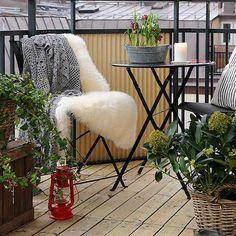 77 praktische Balkon Designs – Coole Ideen, den Balkon originell zu gestalten - projekt balkon design ideen liege weich fell auflage
