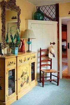 Un magnifique buffet ancien peint avec raffinement a toute sa place dans cette maison du 12ème siècle. Source : Period Living. (Home & Garden)