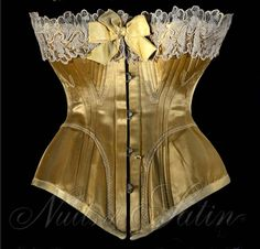 """Corset en satin de soie dorée 1890' de marque """"LEOUZON"""" évantaillé et brodé de soie dorée, orné de dentelle ivoire sur le haut , doublé et comportant 54 baleines - Busc de 30 cm avec 4 attaches - Tour de taille 45 cm. Collection Nuits de Satin"""