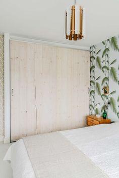 Home tour quand le rétro rencontre le scandinave. Chambre rétro, tapisserie palmier.
