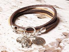Wunderschönes Leder Wickelarmband bestehend aus braunen und beigefarbenen Lederbändern (pflanzlich gegerbt) & tollen Charms (Buddha, Peace)