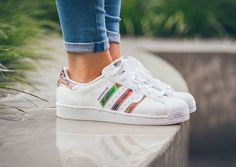 Découvrez la Adidas Superstar W (White/Core Black/White), une sneaker pour femme avec un imprimé à fleurs sur les 3 bandes (automne 2015).