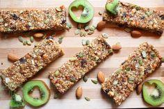 Practic această granola este o combinaţie de cereale în principal(ovăz) + diferite seminţe şi fructe uscate ! Super simplu de preparat si de mancat :)