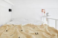 estilo nórdico escandinavo, decoración minimalista, decoración pisos pequeños, blog decoración, revestimiento cocina, pequeña cocina nórdica, frontal cocina espejo, grifos en cobre, interiores minipisos
