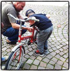 Pete ja pieni pyörän rakentaja tutkivat vanhaa Poni pyörää.