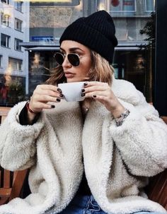Beanie Outfit - beanie + teddy coat = chic winter outfit idea for women in their and Winter Outfits For Teen Girls, Chic Winter Outfits, Fall Outfits, Winter Outfits Women 20s, Mode Outfits, Fashion Outfits, Womens Fashion, Fashion Trends, 20s Outfits
