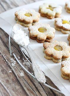 Zitronen-Linzer: 320 g gesiebtes glattes Mehl 1 Ei 1 Prise Salz 100 g Puderzucker 1 Tl Vanille-Extrakt 100 g geriebene Mandeln 5g abgeriebene Zitronenschale 1 Spritzer Zitronensaft 190 g weiche Butter