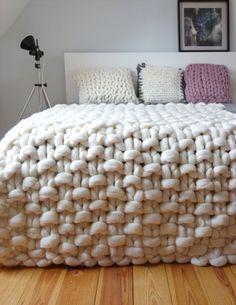 Tricô e Crochê Viram Hit Na Decoração – As mantas são simples e básicas de usar, além de ser uma delícia se aninhar nelas. Manta by Panapufa