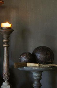 Prachtige Oude Houten ballen bekleed met bewerkt leer. Herberslifestyle