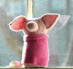 Alabama artist, Lori Nichols makes these adorable wool critters inspired by nature and her three girls. Sewing Crafts, Sewing Projects, Sewing Toys, Kawaii Felt, Cute Piggies, Art Textile, This Little Piggy, Color Crafts, Sweet Peach