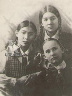 Hero of the USSR Manshuk Mametova (the tallest girl) with her classmates