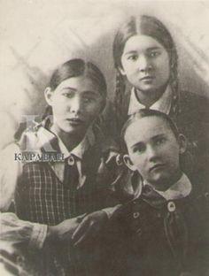 Hero of the USSR Manshuk Mametova (the tallest girl) with her classmates