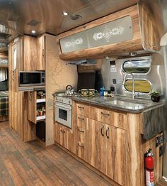 Let's take a moment to admire this very pretty and exclusive airstream trailer, made in collaboration with Pendleton. With only 100 exact models out there, Airstream and Pendleton designed th… Airstream Living, Airstream Campers, Airstream Remodel, Airstream Renovation, Airstream Interior, Vintage Airstream, Trailer Remodel, Vintage Travel Trailers, Remodeled Campers